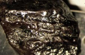 Diamantul negru in stare bruta - prezinta pori si are continut de hidrogen