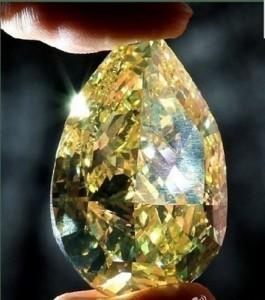 Marele Diamant Sancy atragea prin nuantele sale de galben
