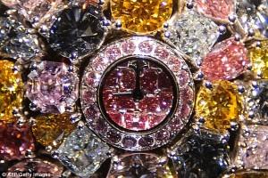 Cadranul incrustat cu diamante roz